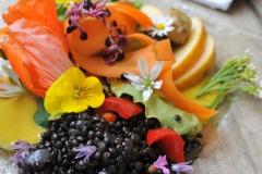 Salatteller-mit-Belugalinsen